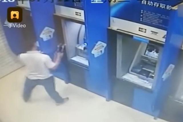 VIDEO: Hombre cobra venganza de un banco destruyendo cajeros