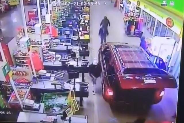 Ingresan en camioneta, intentan robar cajero; quieren escapar y chocan con productos