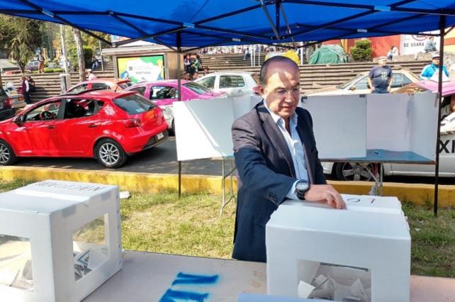 Camarilla que controla al PAN destruyó la democracia, dice Calderón y renuncia
