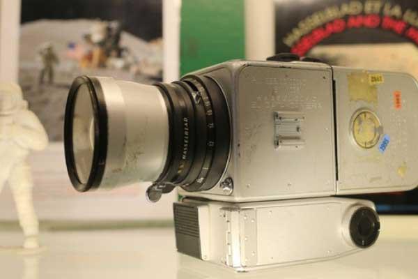 Subastan la única cámara que regresó de las misiones a la Luna