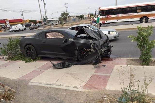 Conductor de Camaro apuesta 500 pesos en arrancones y se estrella