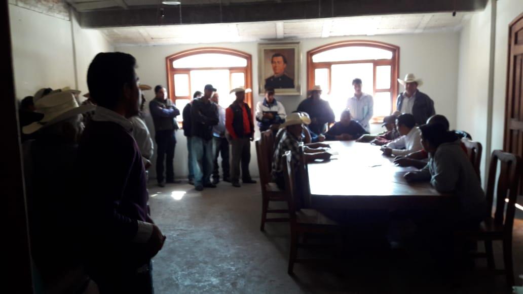 Demandan en Ixtacamaxtitlán arreglar camino vecinal
