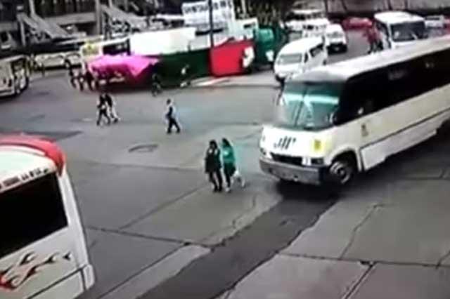 Graban el momento en que un camión atropella a dos mujeres
