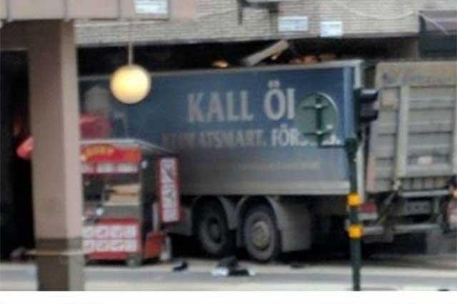 Un camión atropella a una multitud en Estocolmo y deja un saldo de 3 muertos