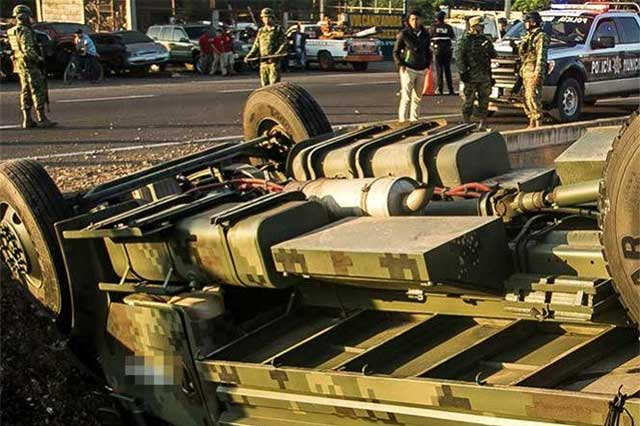 Mueren en volcadura 3 militares que perseguían a delincuentes