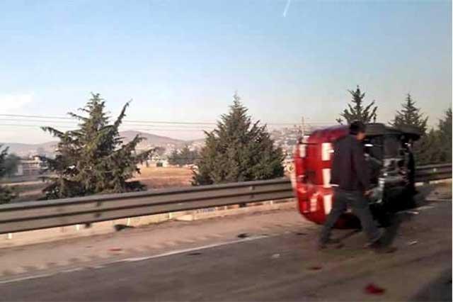 Por choque con tráiler, camión nodriza tira vehículos nuevos