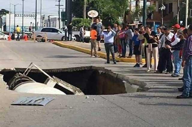 Se abre la tierra en Tamaulipas y se traga un camión revolvedor de concreto