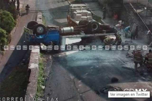 Camión materialista sufre volcadura en Tlalpan