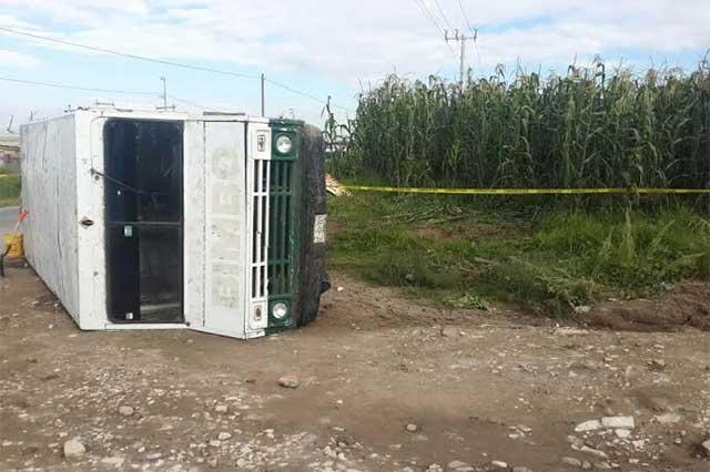 Hallan camioneta volcada con 4 bidones de gasolina robada