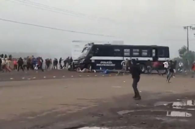Camión atropella a normalistas que se manifestaban en Michoacán