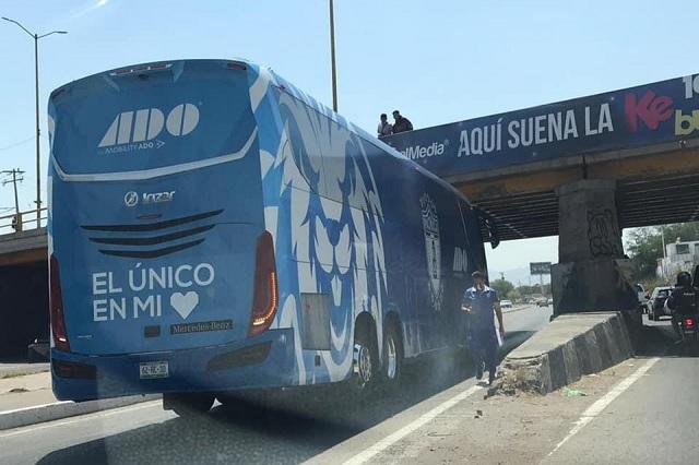 Pachuca vive accidentada llegada a San Luis; atoran camión con un puente