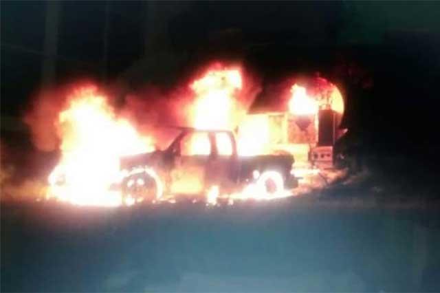 Camioneta queda calcinada por incendio en Atencingo