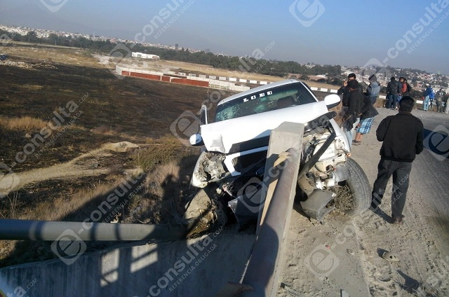 Camioneta con albañiles casi cae de puente en el Periférico