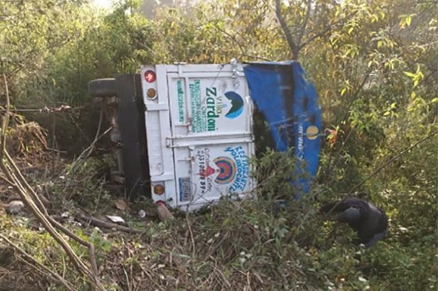 Camioneta con peregrinos se va al barranco en Cuetzalan