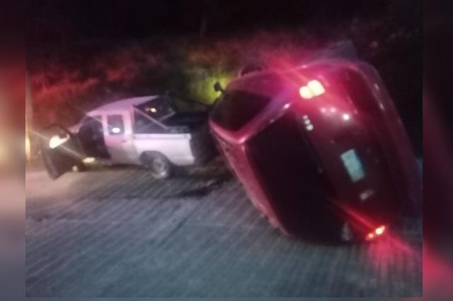 En Zacapoaxtla, camioneta choca y se vuelca