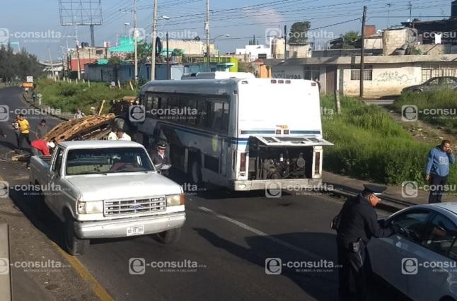 Camioneta con familia vuelca en autopista México Puebla