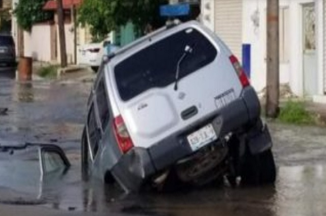 Socavón en Tamaulipas se traga camioneta