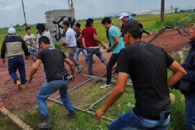 Atacan y queman un campamento de opositores al nuevo aeropuerto