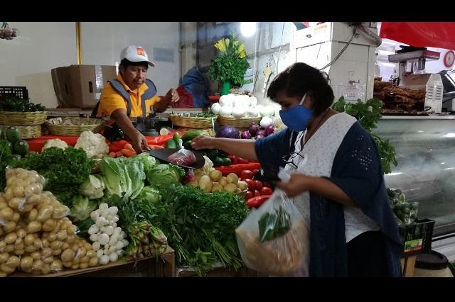 Campesinos de Tehuacán venden a mercado local sus cosechas