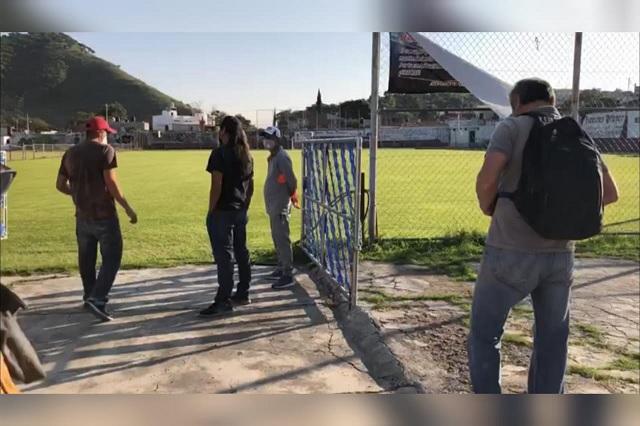 Autoridades de Metepec y vecinos se disputan manejo de canchas de futbol
