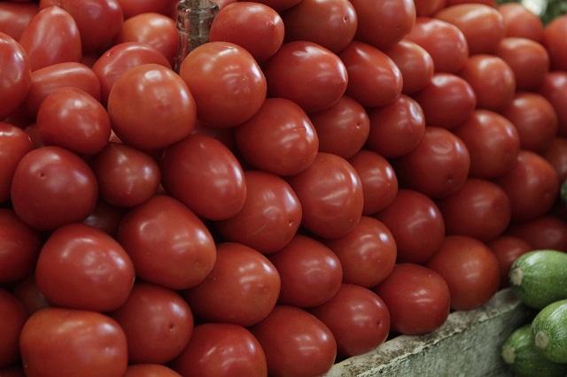 Hasta en 45 pesos se vende el kilo de jitomate en autoservicios