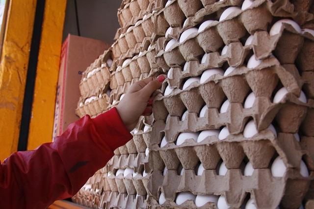 Culpan a las compras de pánico del encarecimiento del huevo