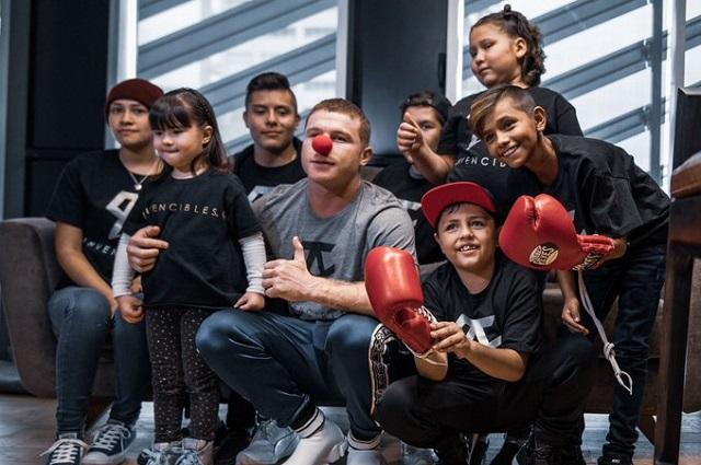Canelo Álvarez ayuda a niños con cáncer y hay quienes lo critican