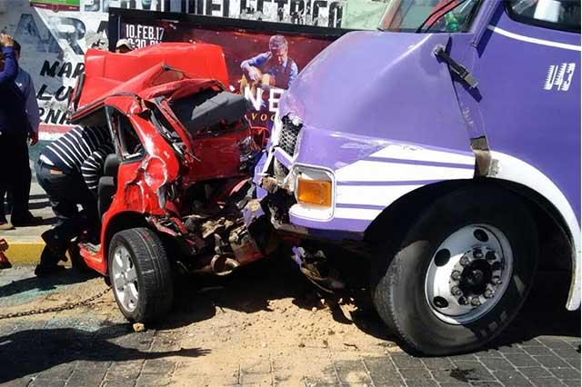Camión de los Morados provoca carambola y deja 4 heridos