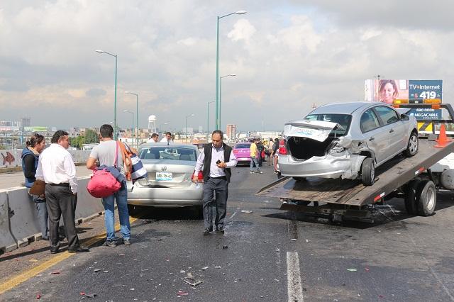 Carambola en Periférico y 11 sur provoca gigantesca fila de autos