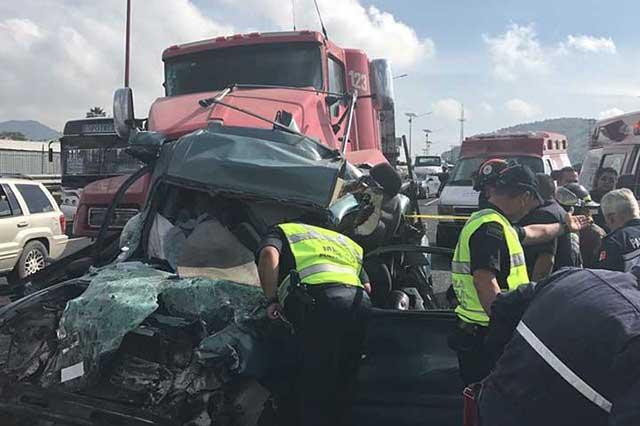 Tráiler impacta vehículos en la México-Pachuca ; hay un muerto