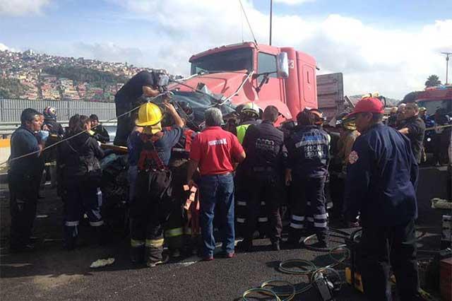Tráiler embiste a un automóvil en la autopista México-Pachuca; un muerto