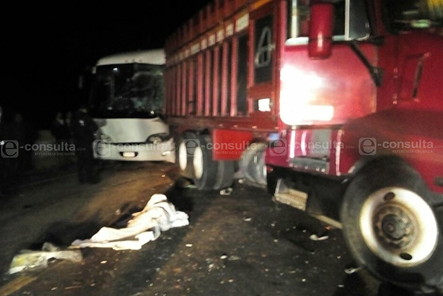 Un muerto y 19 heridos deja carambola en la Puebla-Orizaba