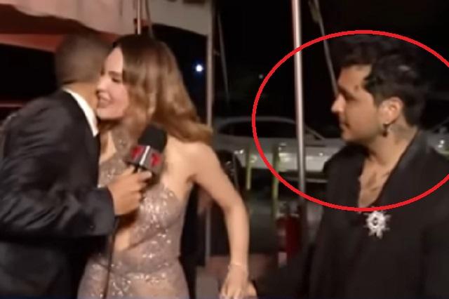 La cara que puso Nodal cuando reportero besó a Belinda