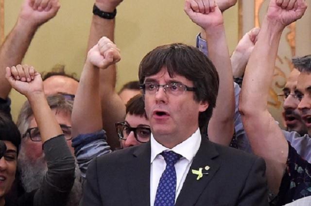 Puigdemont pide a Cataluña resistir pacíficamente las presiones de España