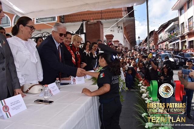 Carlos Peredo preside desfile de Independencia en Teziutlán