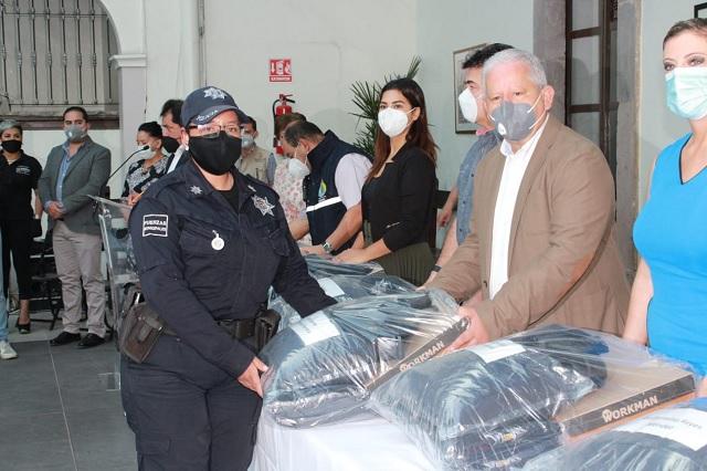 Dan uniformes a 300 elementos de seguridad de Teziutlán