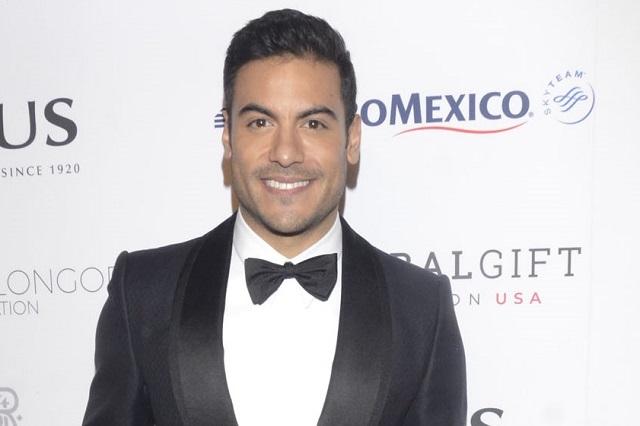 VIDEO: Carlos Rivera subasta beso por 6 mil 500 dólares