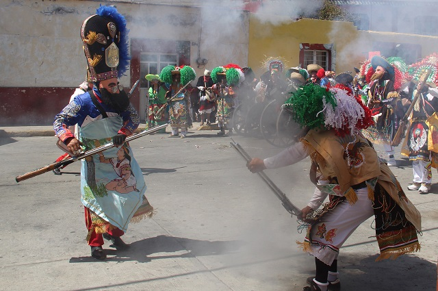 Le explota mosquetón en el rostro en carnaval de Huejotzingo