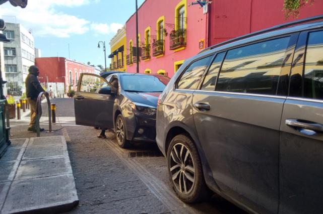 Agarran andador del Carolino de estacionamiento particular