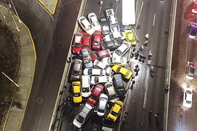 Carretera congelada provoca choque de 40 vehículos en Saltillo