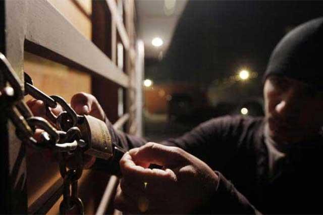 Supuestos empleados del INE asaltan casa en Amozoc