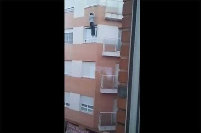 Olvida sus llaves y muere al deslizarse en un edificio