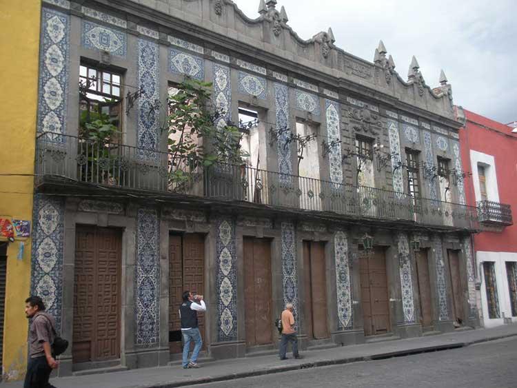 Ponen en venta casas deterioradas en el centro de puebla for Casa de los azulejos centro historico