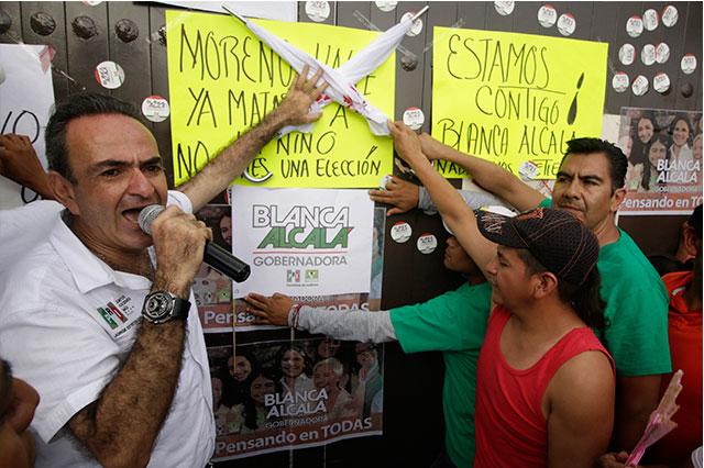 Exigen priístas en Casa Puebla a RMV saque manos de elección