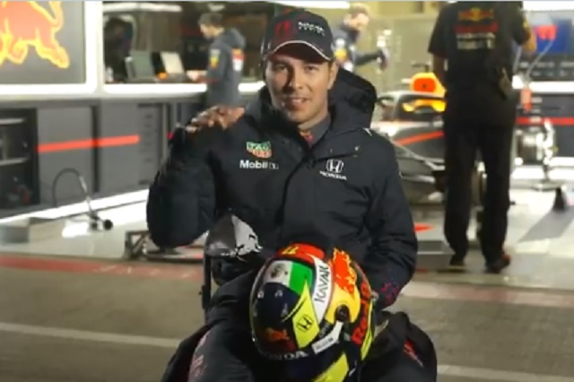 Checo presume su nuevo casco en Red Bull con la bandera mexicana