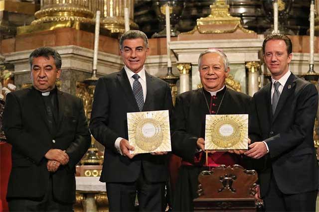 Gali participa en la presentación del libro Catedral de Puebla, Tesoro Vivo