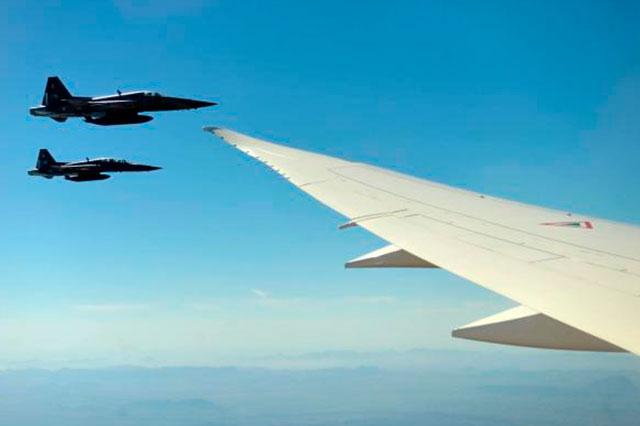Escoltan aviones caza el primer vuelo de EPN en el avión presidencial