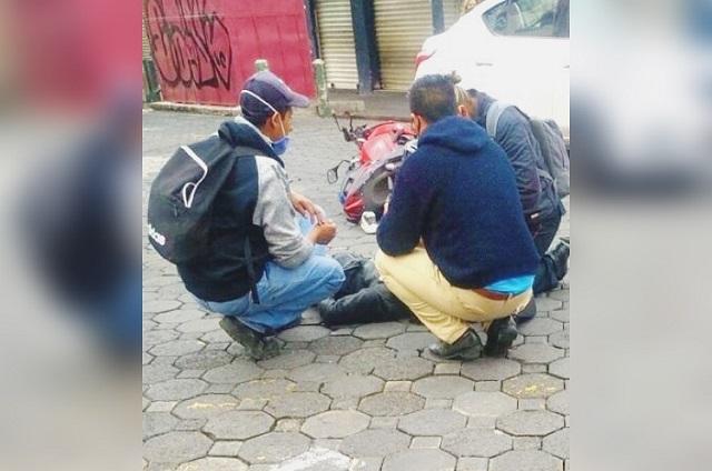 Motociclista choca con auto en el Centro de Puebla