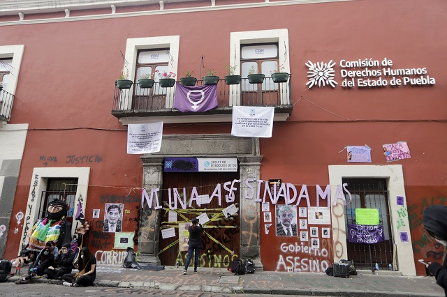 Exigen justicia para mujeres y clausuran sede de CDH Puebla