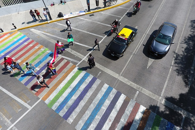 Comunidad LGBTTTI repinta de colores paso peatonal en Puebla